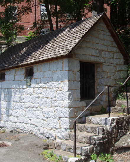 A colonial-era spring house built in 1770 in Lewisburg, West Virginia (formerly Virginia). The town was built around a natural spring named after Col. Andrew Lewis. Source: Discover Historic Travel © Jennifer Pinkley